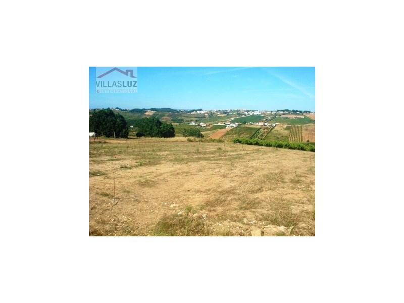 Ref. FC-TER-0010 Região: Costa de Prata Localização: Óbidos / arredores Cadaval Tamanho total do terreno: 2.100 m2 (1.050m2 de cada parcela da casa) Possibilidade de construção total: 320 m2 (260 m2 de área útil) Total de unidades: 2 moradias tradici...