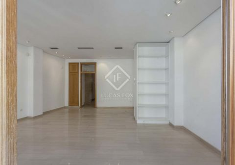 In the prestigious neighborhood of Plá del Remei, in one of its emblematic streets is this building from the mid-twentieth century completely renovated, it has an elevator and private garage in the same building, a house full of light throughout the ...