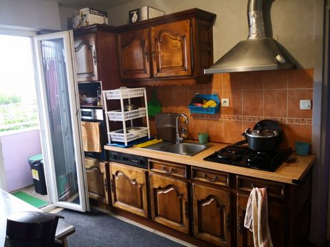 Cet appartement de 4 pièces se compose d'une cuisine équipée avec loggia, deux chambres, salon avec balcon, salle de bain et wc séparé. Une cave complète ce bien. Proche de toutes commodités et des grand axes routiers. Appartement loué 500 € HC par d...