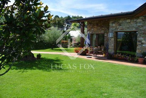 Este chalet precioso en venta en Andorra se encuentra en el exclusivo resort de golf de Aravell en el centro de la naturaleza. Situado en una ubicación privilegiada en una colina con vistas espectaculares del campo de golf y las montañas. Sigue un es...
