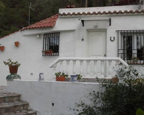 Precious country property in the mountains in Almiserat, close to Gandia, beautiful views and surroundings, not to be missed! The well-kept property boasts a big plot, terraces around the house and a private swimming pool. A fully fitted open plan ki...