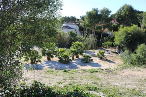 Plot in Moraira completely flat, very well located, open views, facing south and very sunny, just a walk from the town center and beaches. With the possibility of building an independent villa or 2 coupled. Quiet area in a cul de sac. Free choice of ...