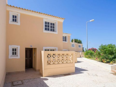 1 Bedroom Duplex Townhouse with 85 m2, inserted in a resort just minutes from the most beautiful beaches of Portugal and close to the beach of S. Rafael. This villa consists of a ground floor with hall, kitchen, full WC, large living room with high s...