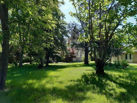 Nouveau sur le marché et exclusivement avec l'Agence Hamilton, Lectoure - une résidence de trois étages récemment rénovée, construite en 1914 et située à environ 2 km du bourg de Fleurance. Elle est située dans un parc boisé de plus de 4000m² avec un...