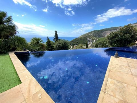 Wonderful villa with tha views that will take your breath away! Located in a privileged corner, Rat Penat, with its beautiful sea and mountain views, in addition to 24 hour security. There is a very easy access to the highway and it`s 10-15 minutes f...