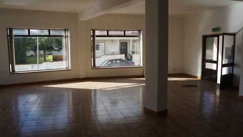 Loja para comércio no Bombarral , ideal para escritório, clínica ou prestações de serviços.Uma sala ampla que pode dividir em dois gabinetes e com duas janelas grandes para a rua e uma divisão que pode se converter como sala de reuniões ou armazém, t...