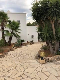 Fantastic house in San Antonio with garden and pool. The property is located in a quiet and familiar residential area. The property offers living space of 150 m2 divided over two levels. The lower one with three bedrooms, bathroom, fully equipped kit...