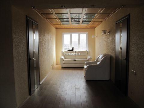 Лот №M5036013. Предлагаем в аренду уютный коттедж 300м на ухоженном участке 15 соток. У нас очень тихое и спокойное место, ближайшие соседи примерно в 200-х метрах, охраняемая зелёная территория. В доме на первом этаже расположены 3 спальни, полность...