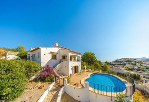 Spacious Family villa for sale in La Solana Urbanisation in Pedreguer with private pool and underbuild with bar area, well-maintained, clean, light and tastefully decorated throughout. This south-orientated property has the most spectacular views of ...