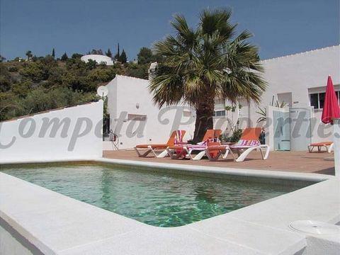 Exitoso B&B en Cómpeta con 4 habitaciones dobles y piscina. Esta propiedad orientada al sur está rodeada de olivos, almendros y limoneros y tiene unas vistas espectaculares del campo hacia el brillante mar Mediterráneo. Esta propiedad comprende: Una ...