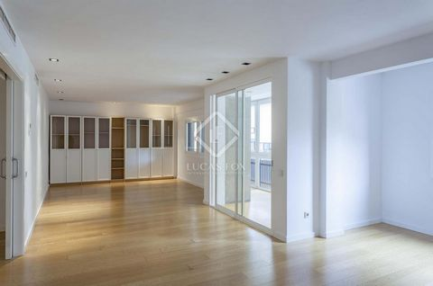 This southeast-facing apartment has an approximate surface area of 187 m². At the entrance we find a small hall that leads to a spacious living room. The dining room is very bright and has large windows with access to a glazed terrace that offers a c...