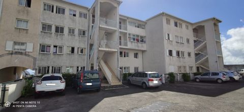 Nous vous proposons à la vente ce spacieux T4 d'environ 103 m2 actuellement loué. Situé au 1er étage d'une résidence sécurisée, il comprend un vaste s