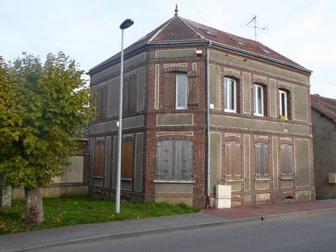 Cet immeuble de deux étages situé à Saint-André-de-l'Eure à deux pas des commerces comporte deux appartements (cuisine,salle d'eau, wc, deux chambres