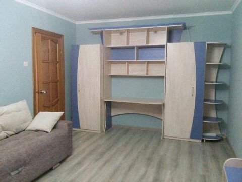 Сдаю однокомнатную квартиру в спокойном квартале по адресу: Хлебозаводской тупик, 9, недалеко от остановки общественного транспорта. В квартире есть все, что нужно для проживания. Кровать, шкаф, стол и стулья, кабельное TV, все в хорошем состоянии, и...