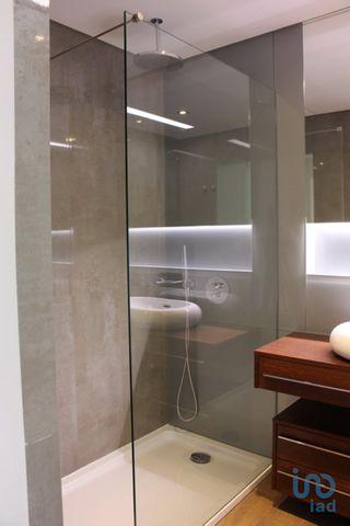 Excelente T2 com 1 suite com closet, situado no centro de Queijas com excelentes acessos à A5 e A9. Construção moderna com acabamentos de grande qualidade. Aspiração central, instalação de climatização, através de condutas para quartos, sala e cozinh...