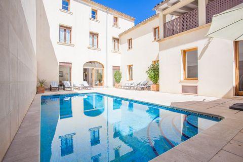 Acogedora casa de pueblo con piscina privada en Sa Pobla, ideal para 8 personas. Situado detrás de la iglesia de Sant Antoni Abat en Sa Pobla, esta casa tiene una piscina privada de cloro con un tamaño de 7 x 4 metros y una profundidad entre 1.2 y 1....