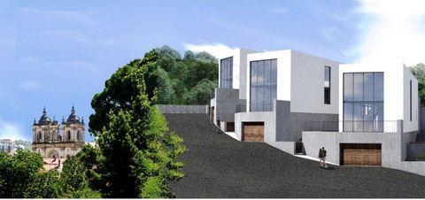 Terreno de 1337 m2 no centro de Alcobaça, com projecto de arquitectura aprovado para 4 fantásticas moradia T3, pela Câmara Municipal. Localizado em zona alta no Centro Histórico de Alcobaça, a apenas 200m do Mosteiro de Alcobaça. Possui todas as como...