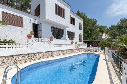 Majestic house, with private pool and accommodation for 10 people, in Urbanización Monterrey, Palma de Gandia. The exteriors are simple but magnificent, since the private chlorine pool is surrounded by 4 sun loungers to sunbathe accompanied of incomp...
