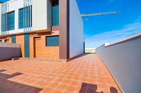 Estos adosados muy completos están situados en una parcela totalmente llana, muy cerca de un centro comercial, la playa y el centro de El Vergel. Todas las casas tienen un aparcamiento privado dentro de la parcela vallada, jardín privado y piscina pr...
