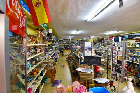 Commercial premises in Calpe (Costa Blanca), in a central commercial area and fully operational. This 114 m2 local is located on the ground floor of the building, facing west, surrounded by shops, bars, supermarkets and just 20 m from the Town Hall. ...