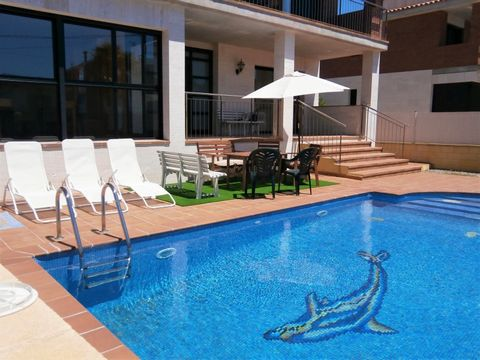 Almost new house in one of the best areas of Tarragona. It´s near the train station of Segur de Calafell ( about 12 minutes walking ) and all the services. Built in 2006 the house is in perfect state. It´s ideal for a big family because there are 6 b...